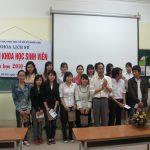 PGS.TSKH Nguyễn Hải Kế chụp ảnh lưa niệm cùng các báp cáo viên
